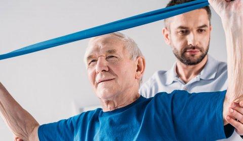 Älterer Mann in Reha